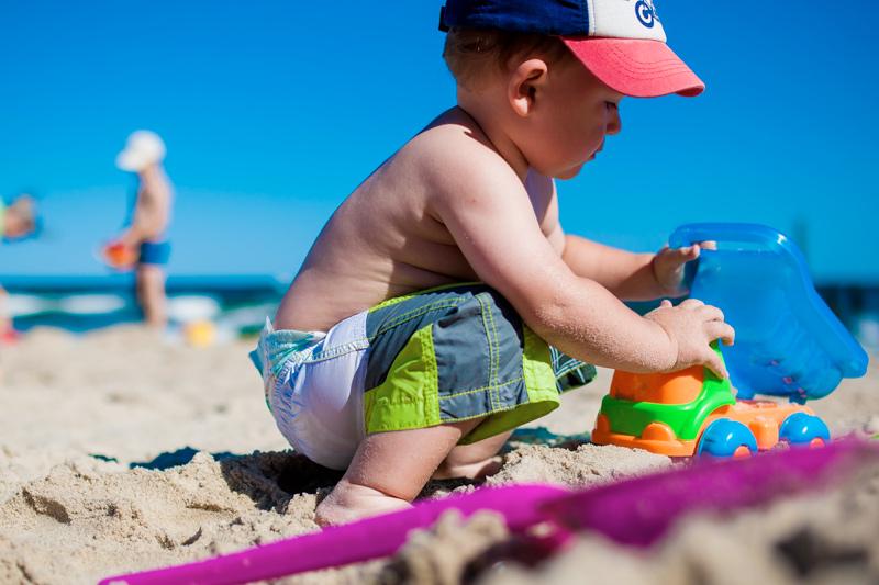 ninos-jugando-a-la-playa-academia-goma
