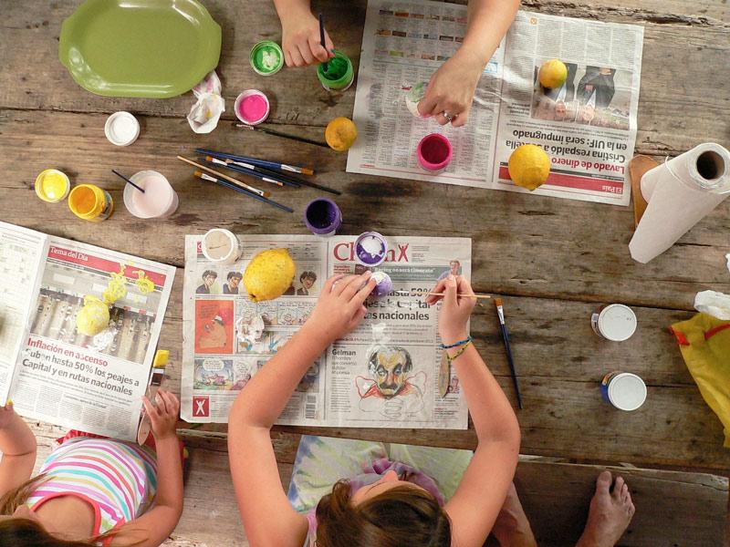ninos-jugando-a-pintar-academia-goma